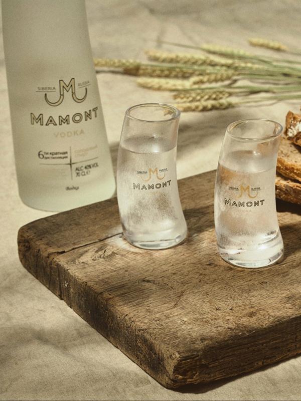 Il bicchiere di vodka Mamont Vodka