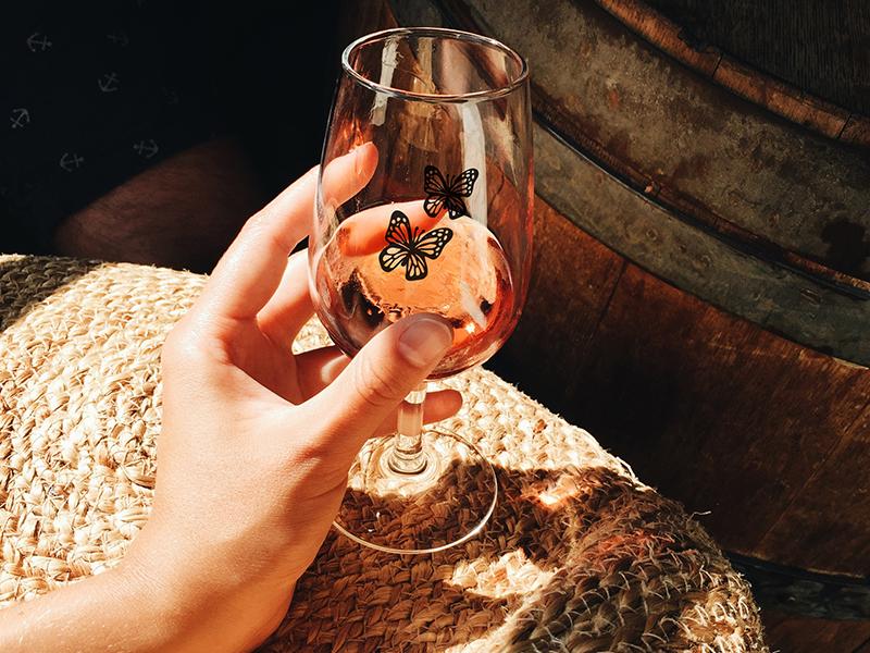 Warum bieten Sie nicht ein personalisiertes Glas mit Ihrem Logo an, das beim Kauf von Weinflaschen im Weingut angeboten wird?